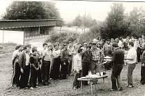 Střelecká soutěž ze samopalů a pistolí v roce 1984 v areálu Svazarmu v Benešově nad Černou.