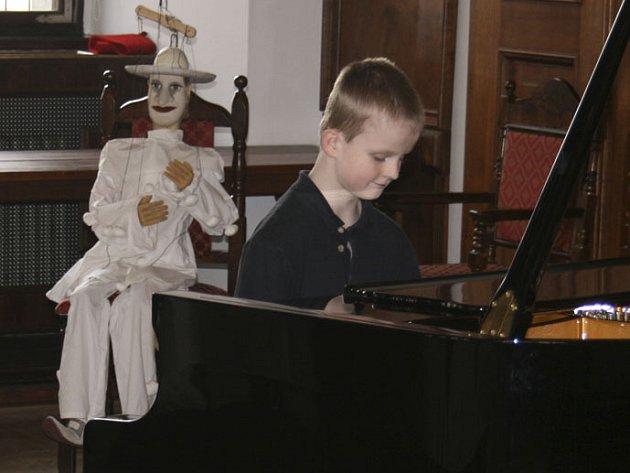 V Jezuitském sále Hotelu Růže v Českém Krumlově předvedlo svůj um 61 mladých a nadějných klavíristů.