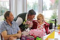 Věra Kleissnerová, učitelka na penzi, která žije v Domově důchodců v Horní Plané, oslavila úžasné sto druhé narozeniny.