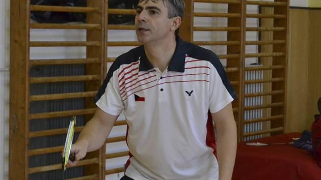 Michal Koudelka (na snímku z domácích kurtů) přidal do letošní sbírky křemežského badmintonového oddílu v pořadí třetí individuální titul mistra České republiky.