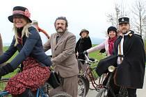 Spolek Kokosi na Kleti při jízdě na retro kolech na trase u Mojného.