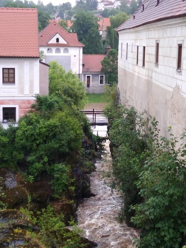 Polečnice v Krumlově byla v pondělí 29. 6. znovu na prvním povodňovém stupni.