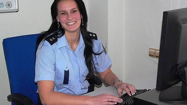 Pavla Tůmová se narodila a dodnes žije v Českém Krumlově. Za prací ale dojíždí do Horní Plané, kde vede místní policisty.