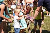 Letní zábavné odpoledne si u Vltavy užili Rájovští a jiní návštěvníci.