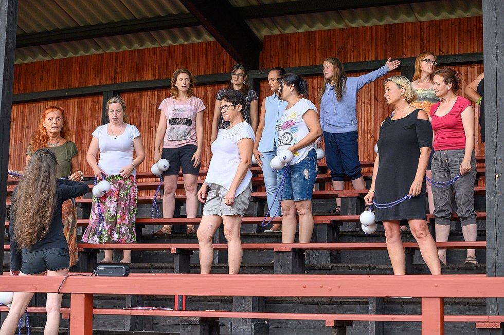 Krumlovské sdružení PRORADOST zkoušelo na stadionu Slavoje spartakiádu.