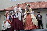 Sobotní zábava na slavnostech růže v Pivovarské zahradě, klášterní zahradě a ve dvorech krumlovských klášterů.