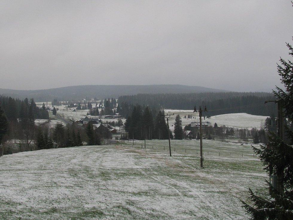Poprašek ráno ležel i na Bučině, Horské Kvildě (na snímku) a Churáňově.