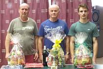 Medailisté 44. ročníku svátečního turnaje v Rožmitálu – (zleva): stříbrný Milan Bartko, vítězný Luboš Fessl (oba z Horní Plané) a bronzový domácí mladík František Lašák.