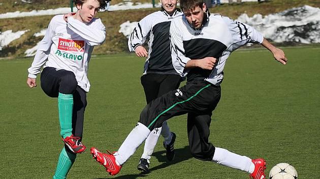 V domácím turnaji Sekyra Group Cupu vybojovala rezerva druhou příčku, když až na penalty prohrála finálový duel s oddílovým divizním dorostem (na snímku vpravo Marek Cieslar ve snaze zblokovat střelu dorostence Vladimíra Šebka, v pozadí Jan Lippl).