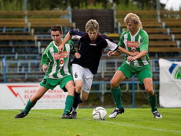 O první divizní výhru se gólově postarali dvakrát úspěšný Václav Novák (vlevo) a Jakub Wágner (vpravo, na snímku oba hostující střelci ve snaze zastavit průnik soupeře).