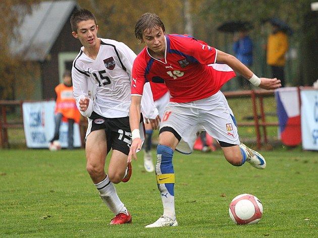 Přípravné utkání české fotbalové reprezentace šestnáctiletých s národním mužstem Rakouska na kaplickém trávníku.