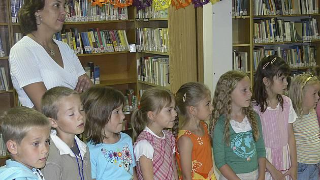 Některé děti jsou knihovnou tak fascinovány, že si chtějí udělat doma i svoji vlastní. Někteří lidé si k tomu pomáhají  knihami ukradenými z obecní knihovny.