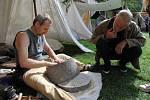 Na žernovu, otočném kamenném mlýnku, se obilí v pravěku mlelo mnohem rychleji a efektivněji než na drtidlu.
