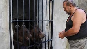 Na krumlovském zámku se zabydlují dvouletá medvíďata
