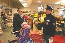 Policie při preventivní akci.