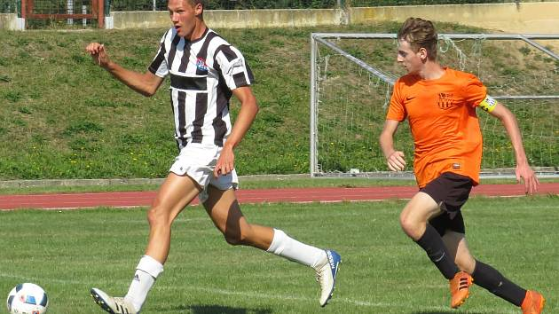 I.A třída dorostu – 2. kolo (1. hrané): SK Zliv (oranžové dresy) – FK Spartak Kaplice / FK Dynamo Vyšší Brod 2:6 (1:2).