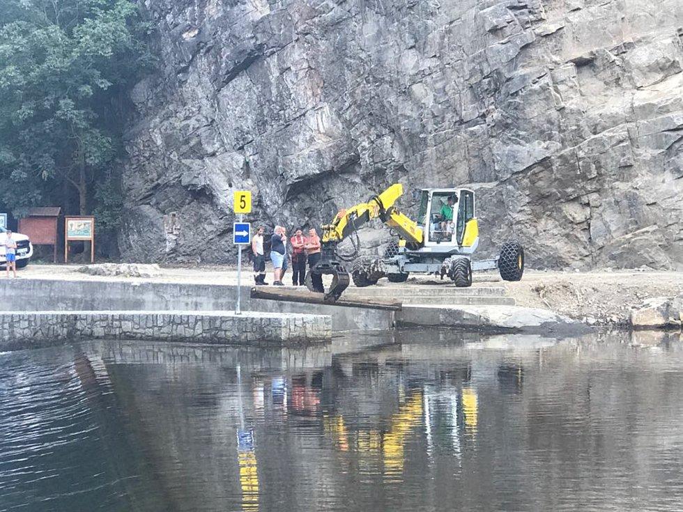 Podnik Povodí Vltavy ve středu ráno pomocí bagru vyhradil šlajsnu pod Barevnou skálou.