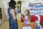 Předání vysvědčení v dolnotřebonínské základní škole.