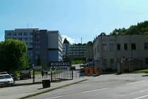 Budova léčebny je v areálu krumlovské nemocnice vidět vzadu uprostřed.