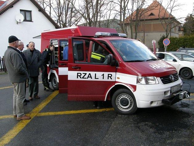 Nový vůz  si hned  hasiči i pracovníci radnice  zvědavě prohlédli.