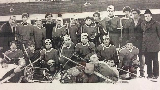 Miroslav Mráz (stojí první zprava) vedl na počátku osmdesátých let v roli trenéra společně s Josefem Tůmou a Jaroslavem Štěpánem žákovský tým Slavoje ročníků 1972-73.