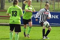 Na obě branky domácích favoritek v duelu s Hradištěm přihrávala Monika Pálková (vpravo u míče v obležení hostující dvojice Hrušková a Hanusová).