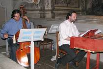 Soubor Hofmusici, který Ondřej Macek (vpravo) vede, tvoří více než dvacítka hudebníků z několika evropských zemí. Na snímku při jedné ze zkoušek opery Herkulova smrt.