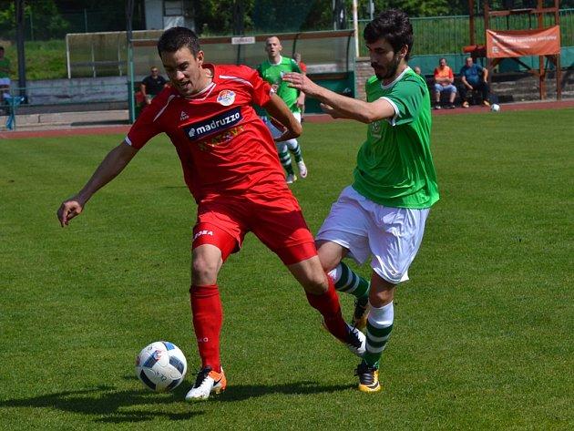 V souboji (zprava) krumlovský špílmachr Václav Novák, který otevřel skóre, a klatovský Tomáš Jůda, jenž naopak krásnou střelou v poslední minutě upravil na výsledných 2:1.
