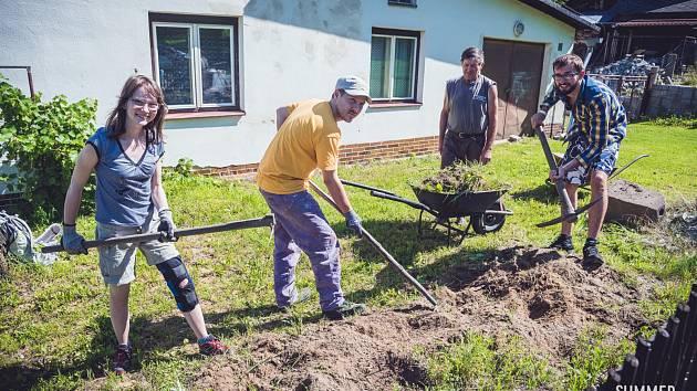 Mladí lidé od pondělka pomáhají jiným  v okolí Benešova nad Černou.