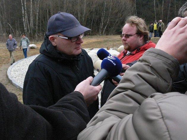 Předseda občanského sdružení pozůstalých Nažidla 2003 Josef Pudil v zajetí novinářů.