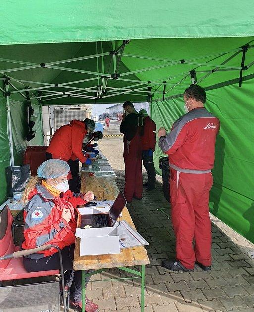 Vodní záchranáři testují zaměstnance firmy Linde Pohony vČeském Krumlově.