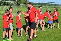 Za prvenství v minulém ročníku OP starších přípravek převzali pohár i cenu pro nejlepšího kanonýra (Tomáš Novotný, 82 gólů) benjamínci společenství Křemže a Holubova.