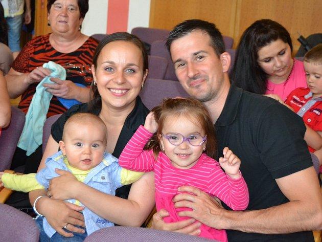 Vítání nových občánků v Křemži (na snímku Michal a Zuzana Bartošovi s dcerou Barborou a novorozeným synem Patrikem).