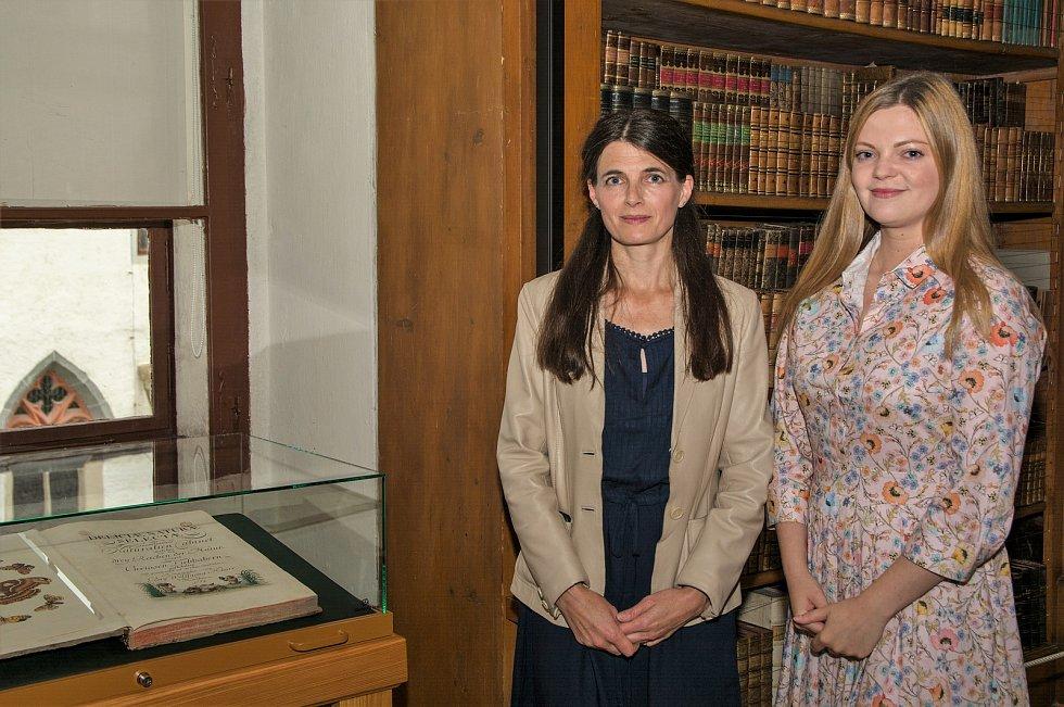 Kurátorky výstavy jsou Anežka Holasová, historička umění, a Lucie Ó Súilleabháin Špalková, restaurátorka knižní vazby.