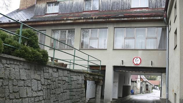 Brložský kulturní dům s průjezdem.