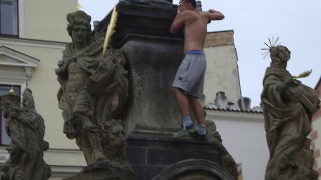 Jednoho z návštěvníků letošních Slavností pětilisté růže zachycuje snímek několik sekund předtím, než se zřítil z kašny na českokrumlovském náměstí Svornosti.