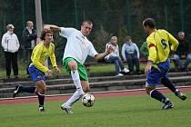 První branku po návratu do sestavy Slavoje zaznamenal Václav Beránek (u míče mezi čkyňskou dvojicí Turek a Kvapil), který krásnou trefou v 87. minutě pečetil na 4:0.