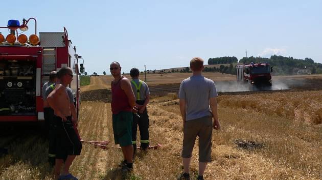 Hasiři požár pole u Dolního Třebonína rychle uhasili.
