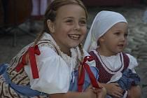 Folklórní soubory nejen z Česka i stánkaři s tradičním řemeslným zbožím zaplnili v pátek Český Krumlov. Začaly tady tradiční Svatováclavské slavnosti, které budou bohatý kulturní program i dostatek dobrého jídla a pití nabízet až do úterý.
