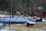 Netrvalo ani den a zničená jurta byla naložená v autech, její podlaha zajištěná proti vodě a většina dřeva naštípaná.
