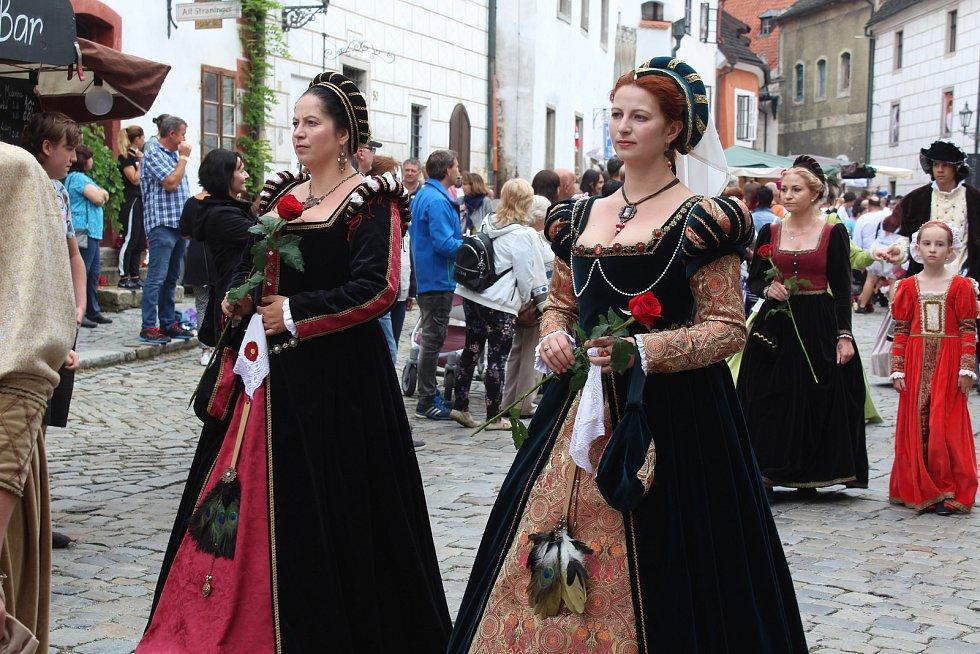 Kostýmovaný průvod krumlovských Slavností pětilisté růže.