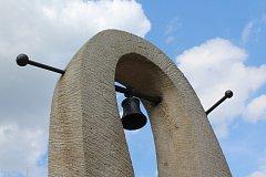 """Petr """"Fíďa"""" Fidrich odhalil na zahradě u krumlovské Boudy zvoničku na památku Laca Michalíka."""