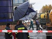 Při zhroucení ocelové konstrukce v omlenickém zemědělském areálu zahynuli dva lidé.