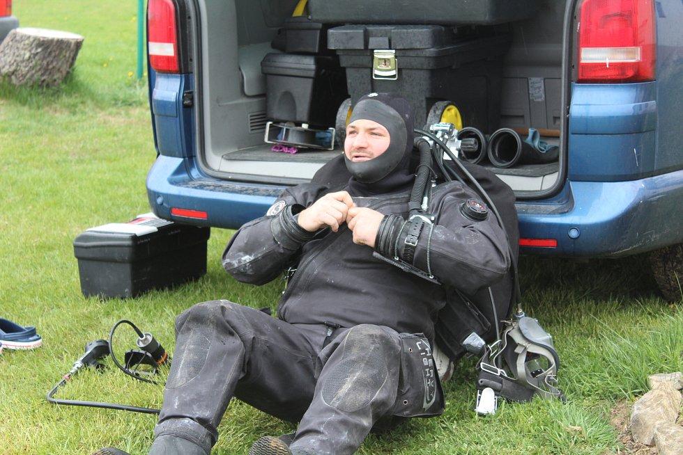 Jiří Urban se připravuje na ponor ke zbytkům mostu, kde s kolegou lany vyznačili dráhu pro ponor.