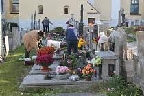 Hřbitov u kostela sv. Václava ve Velešíně.