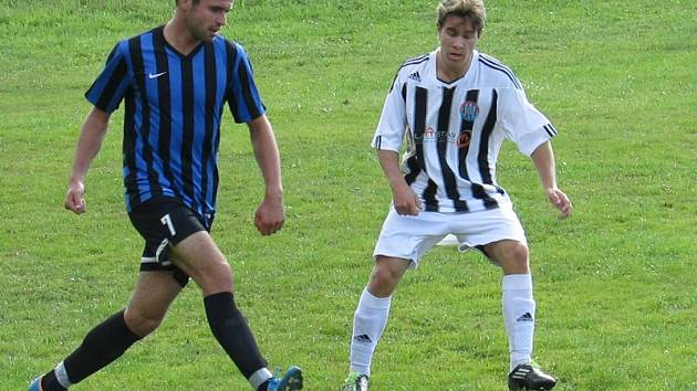 Velešínští fotbalisté (vlevo Filip Rozkošný před Františkem Markem) si zaslouženou výhrou upevnili čtvrtou příčku, zatímco Kapličtí  se nadále krčí na předposledním místě.