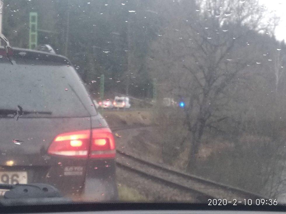 Stromy uzavřely silnici také mezi Vyšším Brodem a Kaplicí.