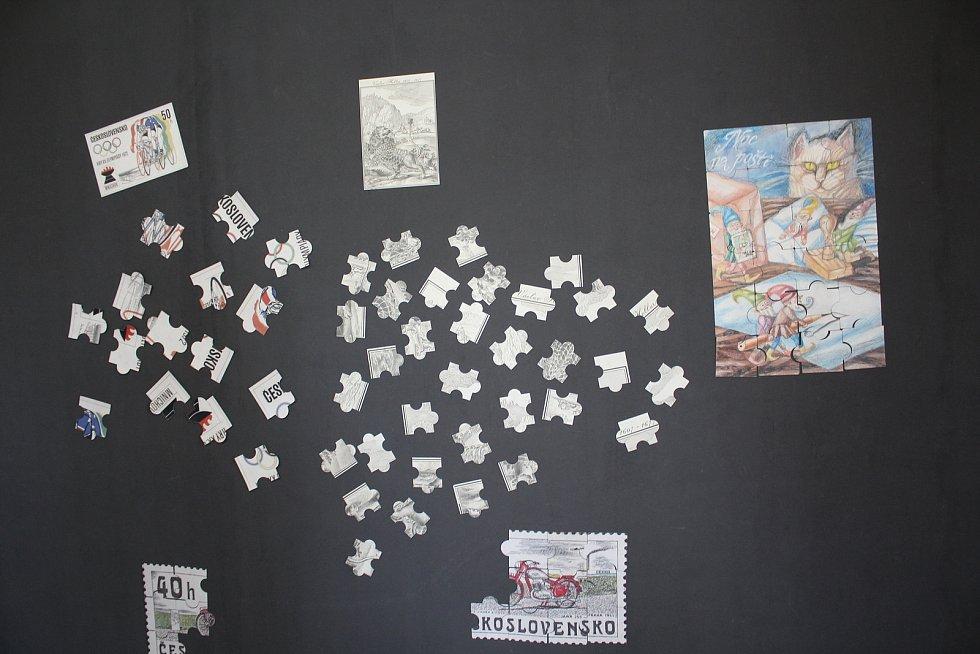 Výstava návrhů známek Voda v pěti kruzích Poštovního muzea stojí za návštěvu. Zábavu si v muzeu najdou i děti.