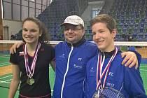 Bára Hadáčková vybojovala na šampionátu kompletní medailovou kolekci, mladičký teprve čtrnáctiletý Tomáš Švejda přidal do klubové sbírky dvě stříbra z párových disciplín (na snímku oba medailisté s předsedou a trenérem Radkem Votavou).