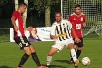 Fotbalisté kaplického béčka (v bíločerném) porazili Křemži hladce 5:0 a vystřídali ji na čele okresního přeboru.